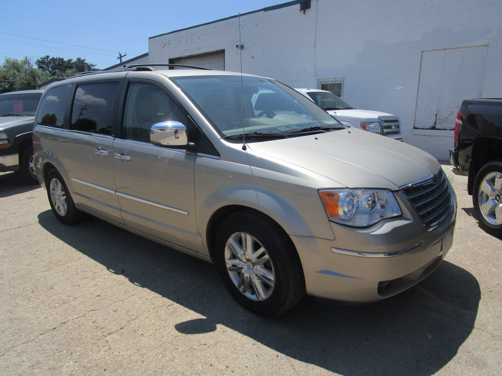 2008 CHRYSLER TOWN & COUNTRY $9,995